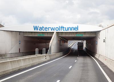 Der am 21. April 2013 eröffnete Tunnel ist Teil der neuen N201. Er führt unter dem Ringkanal hindurch und verbindet Aalsmeer mit dem Flughafen Schiphol. Der 1.470 Meter lange Tunnel besteht aus zwei separaten Röhren mit jeweils zwei Fahrspuren. Bis zu 45.000 Fahrzeuge können den Tunnel jeden Tag passieren. Verkehrs- und Tunnelsteuerungssysteme von Siemens sorgen für einen reibungslosen und sicheren Betrieb. The tunnel was opened on April 21, 2013 and forms part of the new N201 that links Aalsmeer and Schiphol beneath the Ring Canal. The tunnel consists of two separate tunnels, each with two lanes. It is 1,470m long and has a capacity of up to 45,000 vehicles a day.However, it is the traffic and tunnel operation and control systems provided by Siemens that ensure the province reaps the full benefit of the project.