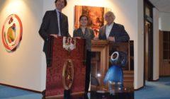 wethouder-Herbert-Raat-beleidsadviseur-Fleur-Albers-en-kunstenaar-Jan-Verschoor-240x140.jpg