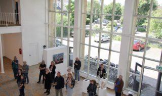Opening-tentoonstelling-in-monumentaal-schoolgebouw-Ateliers-2005-320x190.jpg